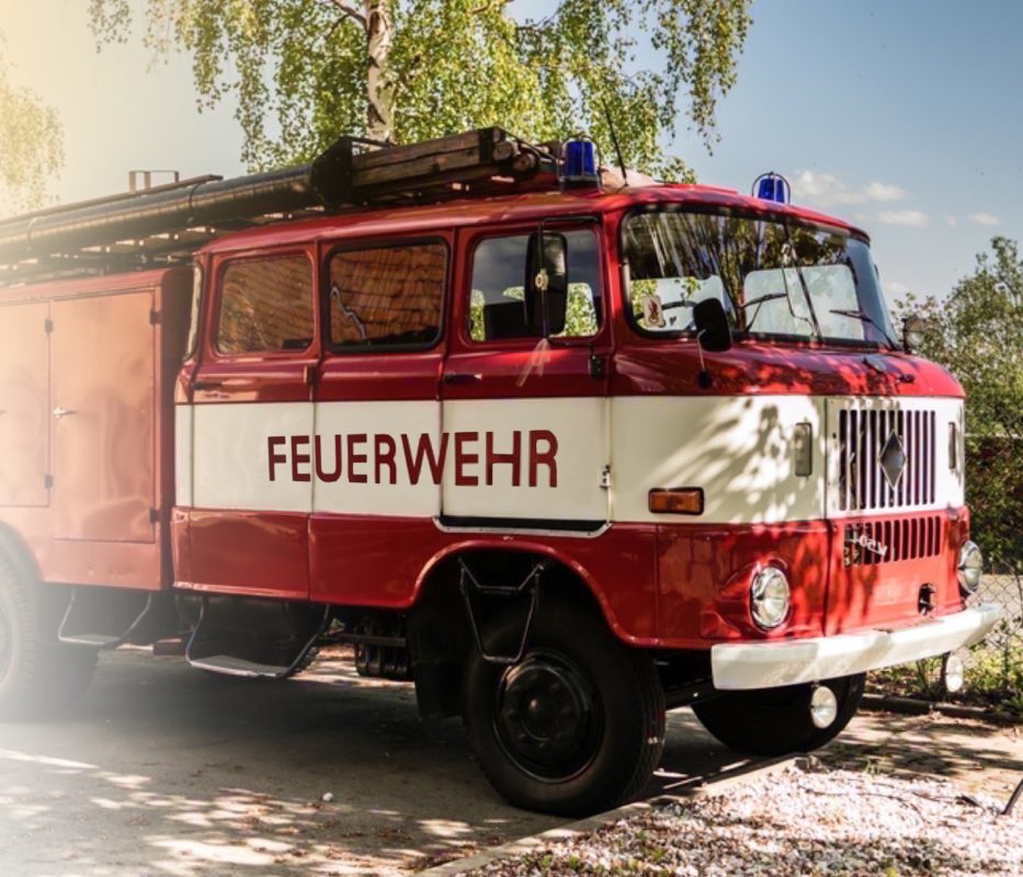 WiBe Beschaffung: Ein Feuerwehrauto steht auf einem Weg.